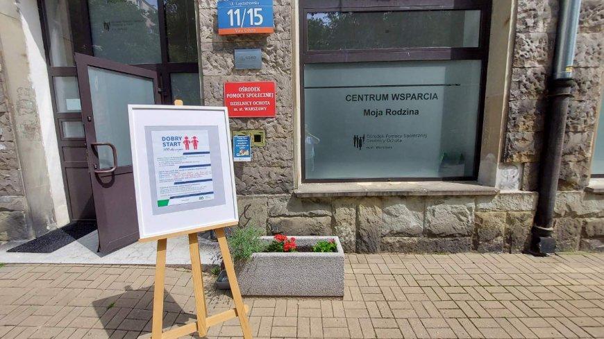 Grafika: zdjęcie budynku Częstochowska 11/15, przed budynkiem stoi sztaluga z ogłoszeniem. Ogłoszenie dotyczy spotkania z ekspertami ZUS udzielajcych porad i pomocy w złożeniu elektronicznego wniosku o świadczenie z programu Dobry Start 300
