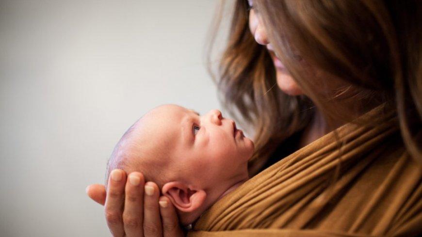 Młoda kobieta i niemowlę