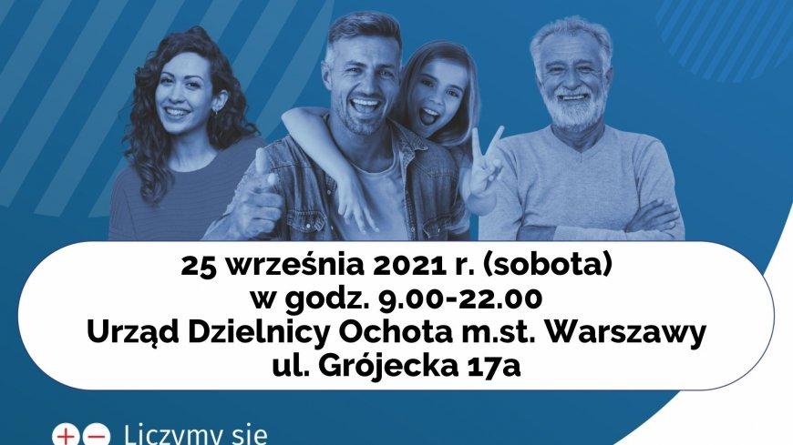Dzień Otwarty w Urzędzie Dzielnicy Ochota, plakat. Niebieskie tło, na nim dwie kobiety i dwóch mężczyzn.